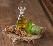 核桃油和坚果在木桌上 图库摄影