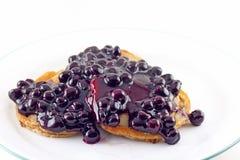 核桃薄煎饼用新鲜的蓝莓调味汁 库存图片