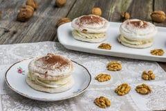 核桃蛋白甜饼用在白色板材的可可粉 库存图片
