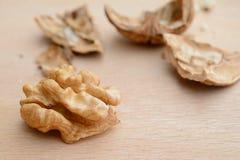 核桃仁和破裂的坚果壳片断 免版税库存图片