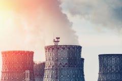 核电站冷却塔有阳光作用的 图库摄影