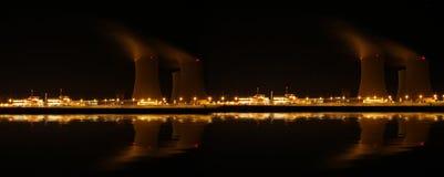 核电站在晚上- Temelin,捷克 免版税库存照片