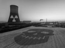 核电站日落日出黑色白色辐射土壤环境 免版税库存照片