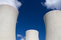 核电站的冷却塔在Temelin 免版税库存图片