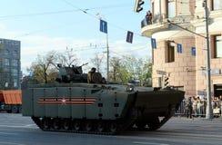 根据一个有为的平台媒介的步兵战斗用车辆跟踪了Kurganets-25 库存图片