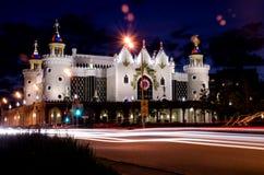 根据五颜六色的灯笼的美好的都市建筑学在夜空下 免版税库存图片