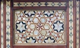 根据六角星形大卫王之星的蔓藤花纹无缝的样式在一张古老老木茶几上的 免版税库存照片