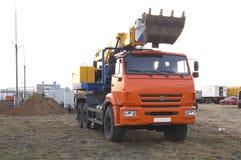 根据卡车的挖掘机望远镜景气 图库摄影