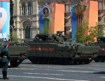根据在游行的履带牵引装置平台` Kurganets-25 `的步兵作战车辆以纪念胜利天 图库摄影