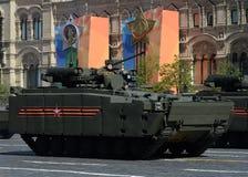 根据在游行的履带牵引装置平台` Kurganets-25 `的步兵作战车辆以纪念胜利天 免版税库存图片