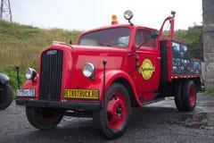 根据德国欧宝闪电战卡车的汽车拖车 减速火箭的运输节日在Kronstadt 免版税库存照片