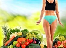 根据未加工的有机蔬菜和水果的平衡饮食 库存图片