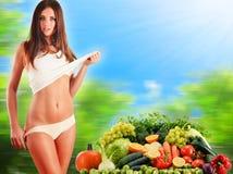 根据未加工的有机蔬菜和水果的平衡饮食 库存照片