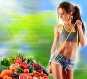 根据未加工的有机蔬菜和水果的平衡饮食 免版税库存照片