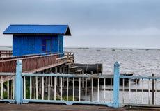 根据柱子的小屋在湖 库存图片