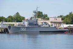 根据海军的基本的扫雷艇BT-115在Kronstadt 免版税图库摄影