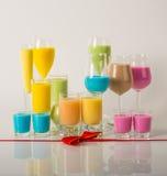根据牛奶利口酒的五颜六色的饮料,独特的淡色  免版税库存照片