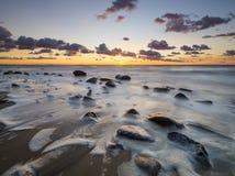 根据美妙的日落的海滩 库存照片