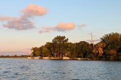 根据落日的华盛顿湖海岸线 库存图片