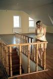 根据被雕刻的木栏杆的女孩 免版税图库摄影