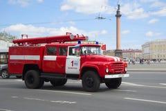 根据ZIL-130的消防车罐车在每年减速火箭的运输游行参与 库存照片