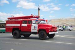 根据ZIL-130的火汽车在行动 减速火箭的运输第三次每年游行在圣彼德堡 库存照片