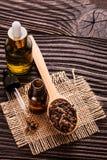 根本丁香油在木土气背景的 免版税库存图片