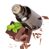 根本与被隔绝的薄荷叶的精油和巧克力 免版税库存照片