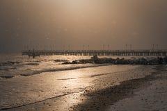 格丁尼亚Orlowo 冬天早晨,海滩,码头 免版税库存照片