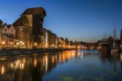 格但斯克在晚上2016-07-20,美好的夜光,河,镇静河,美丽的天空, Gdans老镇背景 库存照片