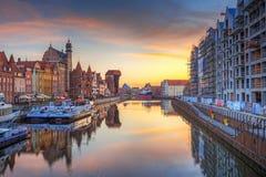 格但斯克老镇在Motlawa河在日出,波兰反射了 免版税库存图片