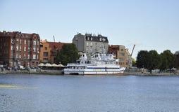格但斯克,波兰威严25 :白色船在格但斯克港口从波兰的 库存图片
