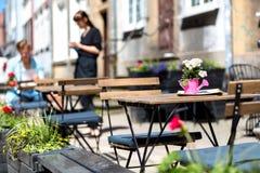 格但斯克,波兰, 2017 05 22 :桌和椅子在街道- wa上 免版税库存图片
