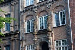 格但斯克,波兰- 2014年6月07日:有浅浮雕的年迈的砖墙在其中一个在历史Chlebnicka街道的大厦 免版税库存照片