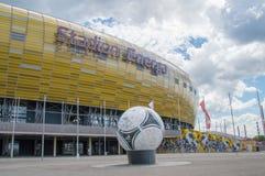 格但斯克,波兰- 2017年6月14日:巨大爱迪达探戈12和橄榄球场Energa在格但斯克在背景中 免版税库存图片