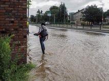 格但斯克- 7月15 :在大雨以后的被充斥的街道 免版税库存照片