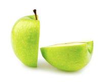格兰尼史密斯苹果苹果切成了两半 库存图片