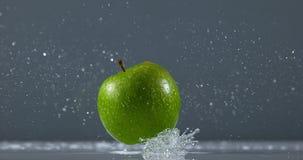 格兰尼史密斯苹果苹果计算机,罗盘星座domestica,落在水的果子反对黑背景, 股票录像