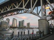 格兰维尔桥梁,高速公路99在温哥华加拿大在晚上 免版税库存照片