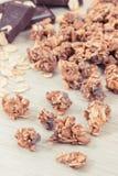 格兰诺拉麦片、燕麦剥落和巧克力当来源铁和纤维,健康快餐概念 免版税库存图片