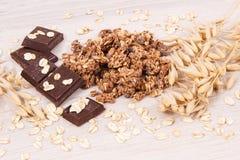 格兰诺拉麦片、燕麦剥落和巧克力当来源铁和纤维,健康快餐概念 库存图片