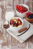 格兰诺拉麦片和新鲜的莓果 免版税库存图片