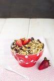 格兰诺拉麦片用在白色木背景的草莓 免版税图库摄影