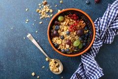 格兰诺拉麦片用夏天果子早餐 免版税库存图片