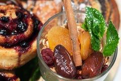 格兰诺拉麦片用杏干、日期、桂香和薄菏与蓝色 库存图片