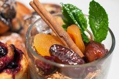 格兰诺拉麦片用杏干、日期、桂香和薄菏与蓝色 库存照片