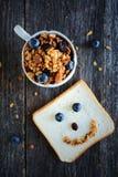 格兰诺拉麦片用杏仁和葡萄干 早餐图象 图库摄影