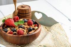 格兰诺拉麦片用自然酸奶、新鲜的蓝莓、坚果和蜂蜜, 库存照片