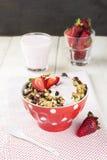 格兰诺拉麦片用草莓、坚果和酸奶在木背景 免版税库存照片