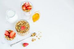 格兰诺拉麦片用草莓牛奶和蜂蜜早餐健康食物 免版税图库摄影